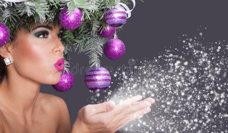 Retrato hermoso de la mujer en imagen de la Navidad del concepto imágenes de archivo libres de regalías