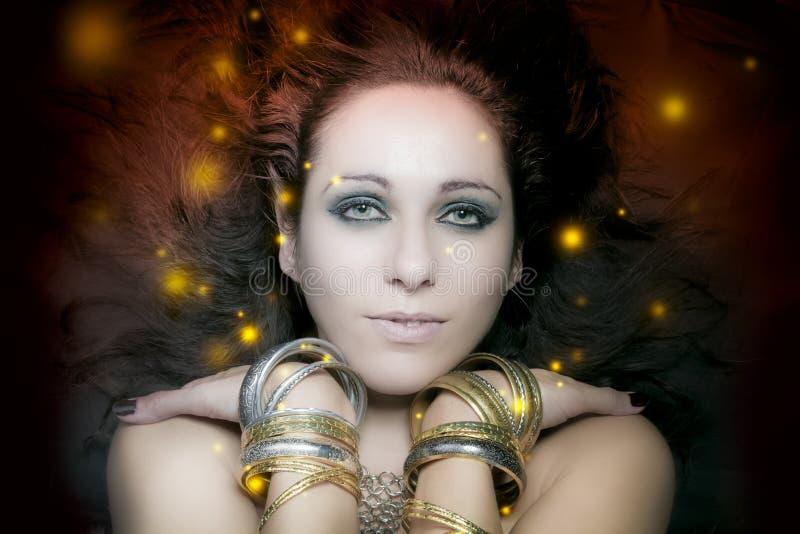 Retrato hermoso de la mujer joven con floa largo, misterioso de las luces imagenes de archivo