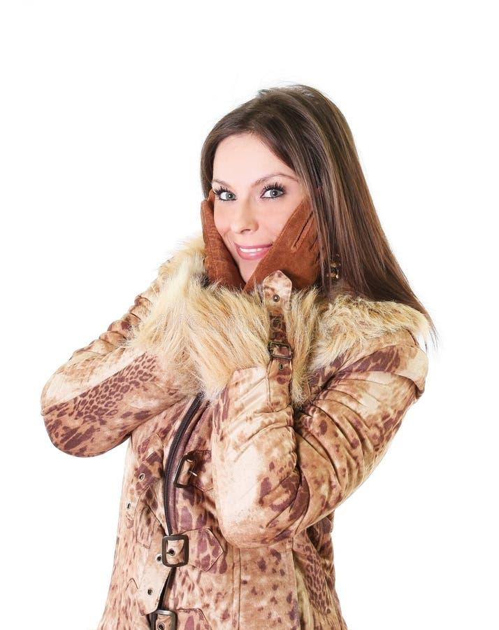Retrato hermoso de la mujer joven en abrigo de pieles foto de archivo libre de regalías