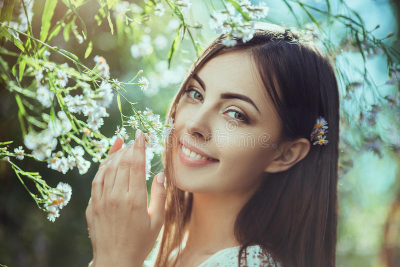Retrato hermoso de la mujer joven en campo de flor fotos de archivo libres de regalías