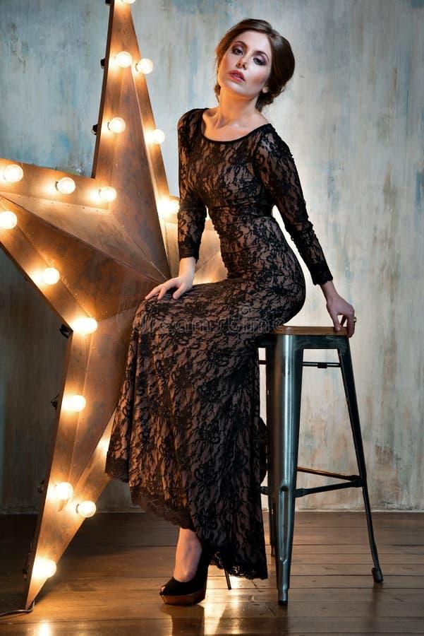 Retrato hermoso de la mujer Muchacha atractiva Modelo de la belleza en vestido negro del cordón imagenes de archivo