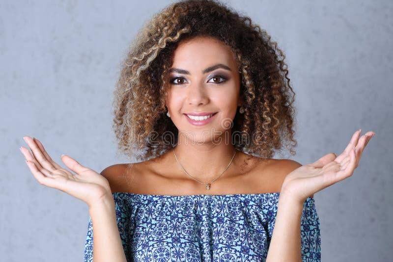 Retrato hermoso de la mujer negra Las manos suben y belleza sonriente imagen de archivo