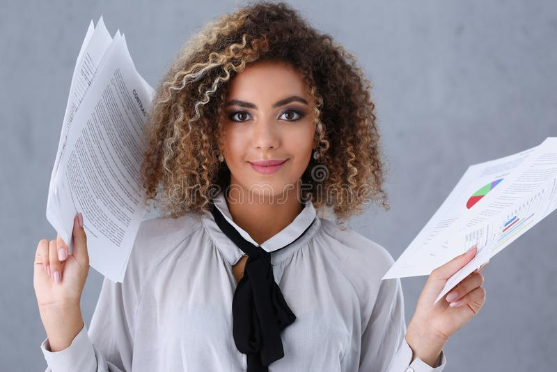 Retrato hermoso de la mujer negra Lleva a cabo los documentos de papel imagen de archivo