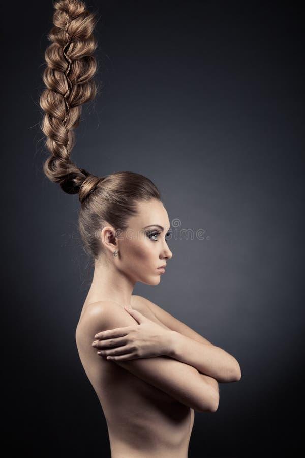 Retrato hermoso de la mujer. Pelo largo de Brown foto de archivo