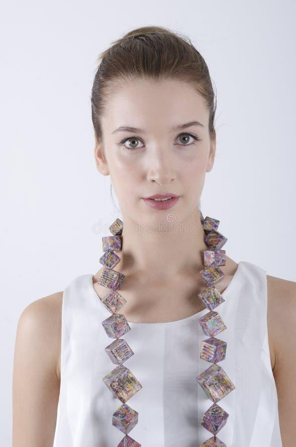 Retrato hermoso de la mujer que lleva el collar grande fotos de archivo