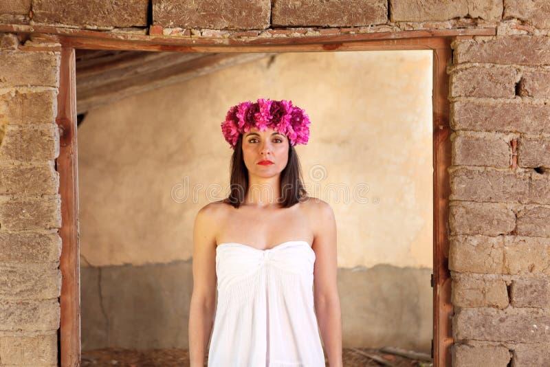 Retrato hermoso de una mujer madura con la venda de la moda imagen de archivo
