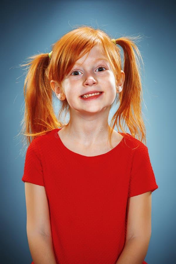 Retrato hermoso de una sonrisa feliz de la niña imagenes de archivo