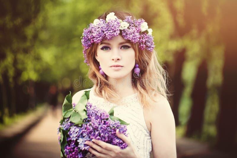 Retrato hermoso del aire libre de la cara de la mujer Muchacha con las flores de la primavera fotografía de archivo libre de regalías
