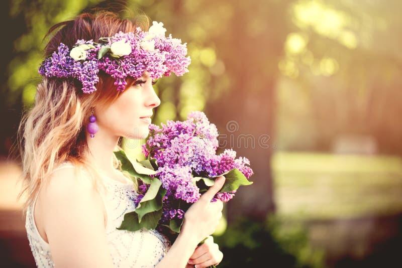 Retrato hermoso del aire libre de la cara de la mujer Muchacha con las flores de la primavera, perfil imágenes de archivo libres de regalías