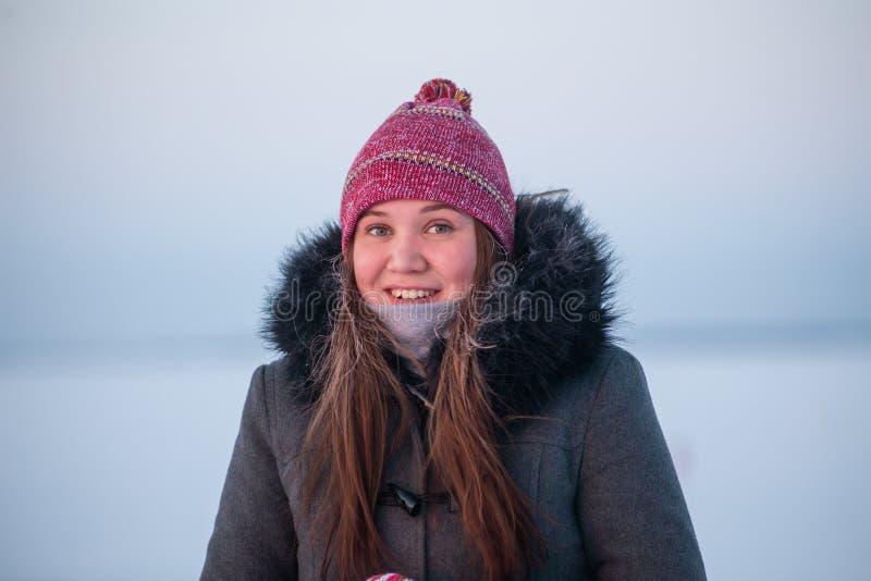 Retrato hermoso del invierno de la mujer sonriente joven fotos de archivo