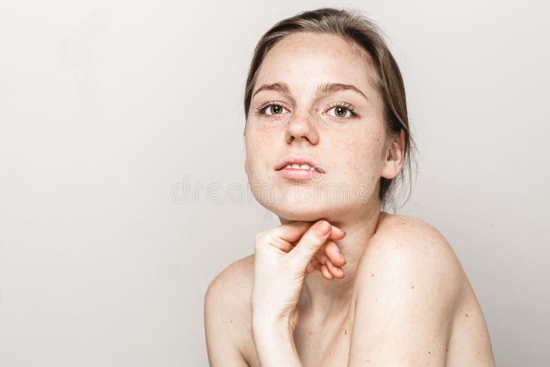 Retrato hermoso joven de la cara de la mujer de las pecas con la piel sana imagen de archivo libre de regalías