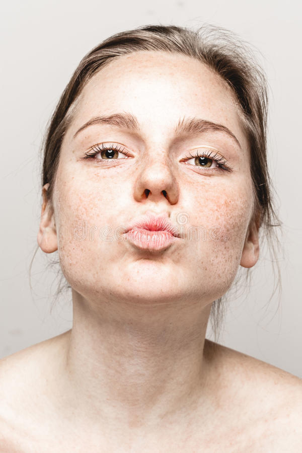 Retrato hermoso joven de la cara de la mujer de las pecas con la piel sana fotografía de archivo