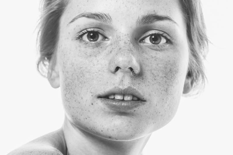Retrato hermoso joven de la cara de la mujer de las pecas con la piel sana b foto de archivo