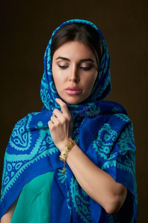 Retrato hermoso joven de la mujer con el tocado de la bufanda, primer fotografía de archivo libre de regalías