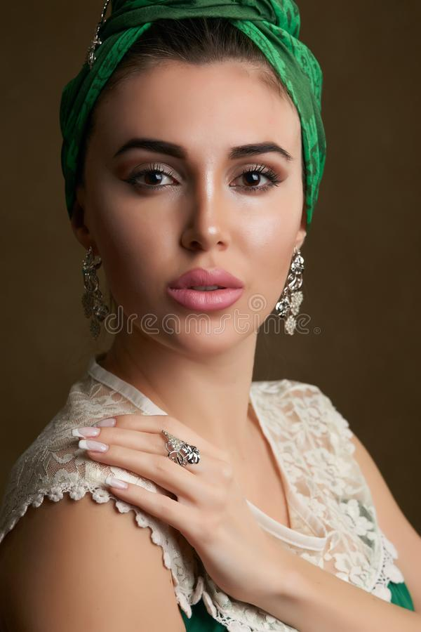 Retrato hermoso joven de la mujer con el tocado de la bufanda, primer imágenes de archivo libres de regalías