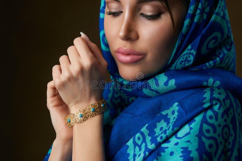 Retrato hermoso joven de la mujer con el tocado de la bufanda, primer foto de archivo libre de regalías