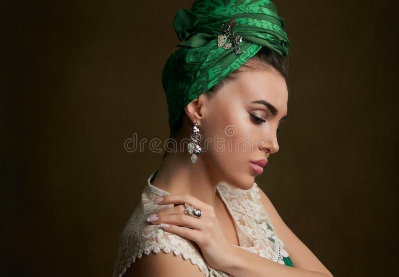 Retrato hermoso joven de la mujer con el tocado de la bufanda, primer imagenes de archivo
