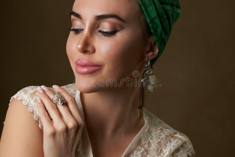 Retrato hermoso joven de la mujer con el tocado de la bufanda, primer foto de archivo