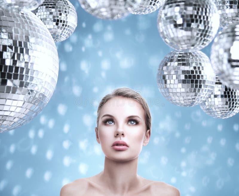 Retrato hermoso joven de la mujer con las bolas de discoteca abstractas del espejo imágenes de archivo libres de regalías