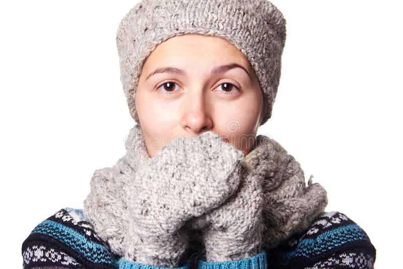Retrato hermoso joven del invierno de la muchacha en el fondo blanco, copyspace foto de archivo