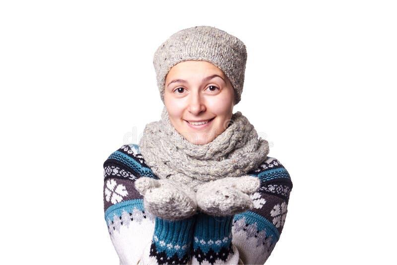 Retrato hermoso joven del invierno de la muchacha en el fondo blanco, copyspace fotografía de archivo