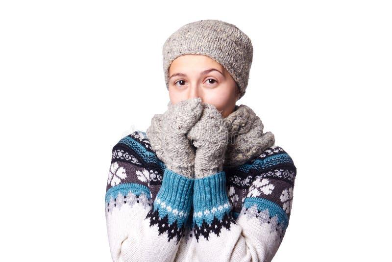 Retrato hermoso joven del invierno de la muchacha en el fondo blanco, copyspace fotos de archivo libres de regalías