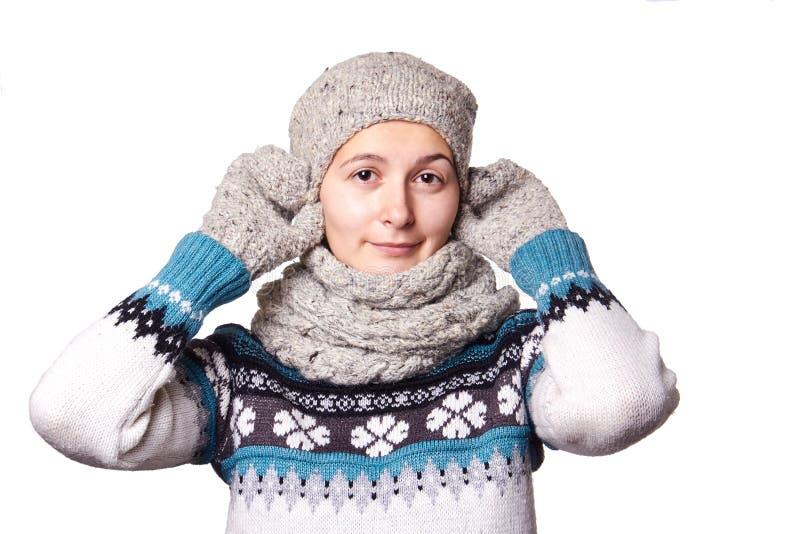 Retrato hermoso joven del invierno de la muchacha en el fondo blanco, copyspace foto de archivo libre de regalías