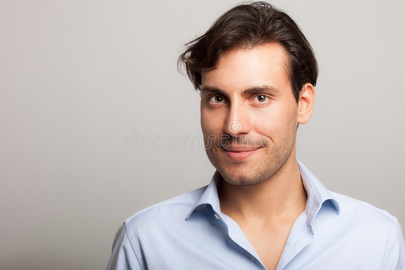 Retrato hermoso joven sonriente del hombre imagenes de archivo