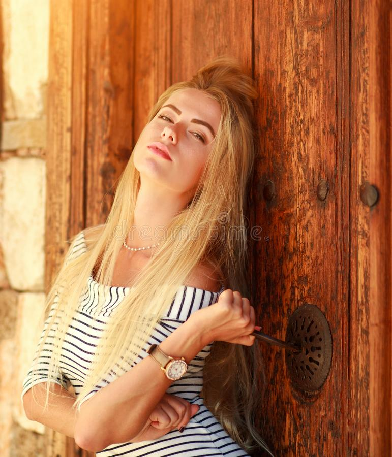 Retrato hermoso sensual apasionado de la muchacha en fondo de la puerta de madera del vintage decorativo foto de archivo