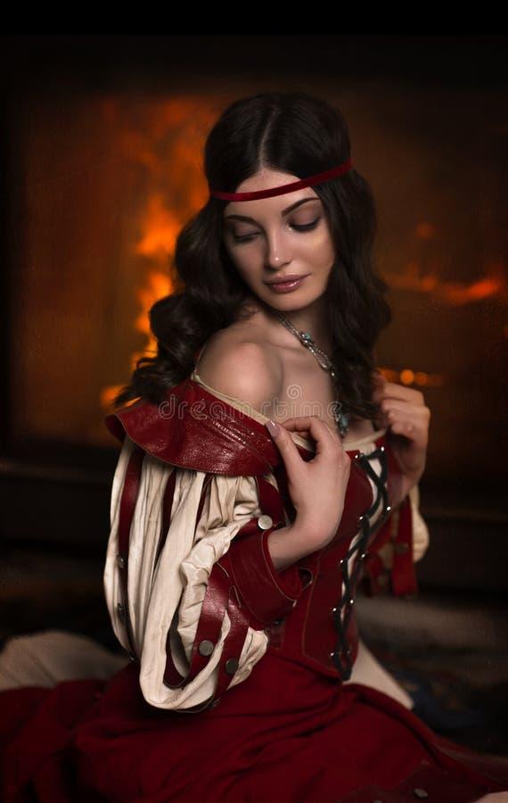 Retrato histórico de uma menina em um vestido vermelho foto de stock royalty free