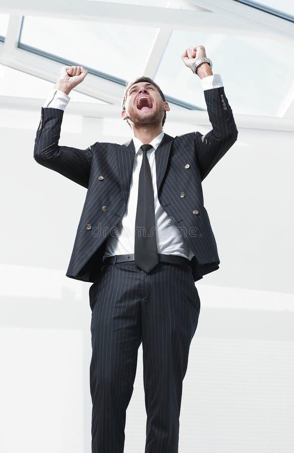 Retrato, homem de negócios triunfante, no fundo branco fotos de stock royalty free