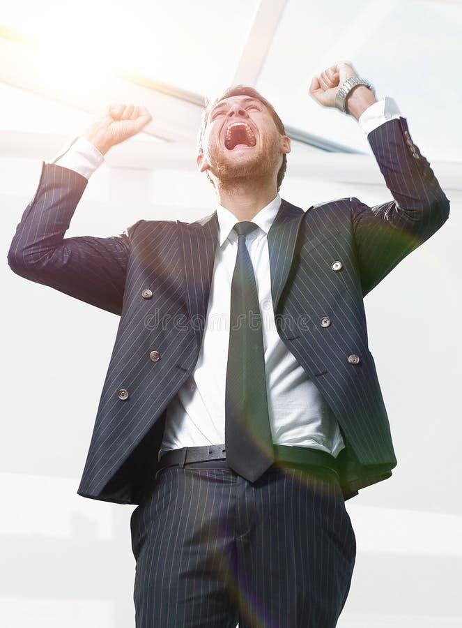 Retrato, homem de negócios triunfante, no fundo branco imagens de stock