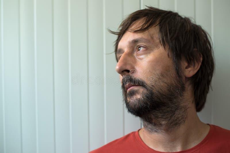 Retrato homem triste e desapontado do od do perfil imagens de stock royalty free