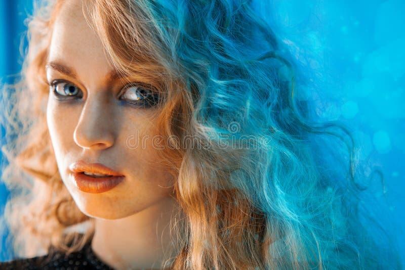 Retrato horizontal da fêmea da beleza com cabelo encaracolado fotos de stock