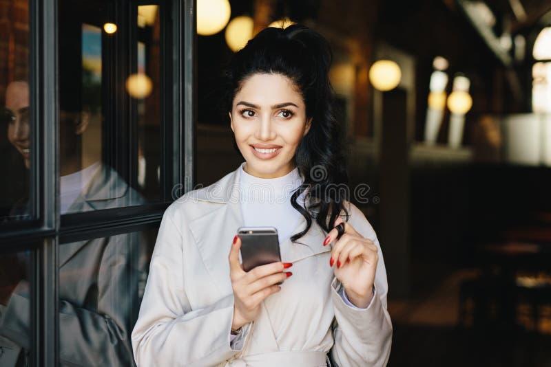 Retrato horizontal da mulher adorável moreno na roupa branca fotos de stock