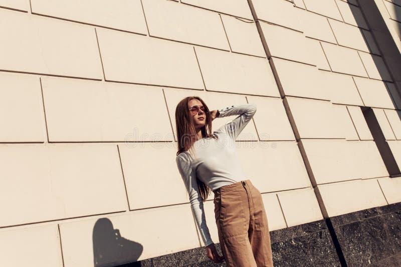 Retrato horizontal de la moda de una mujer joven hermosa con el pelo largo rubio fotografía de archivo