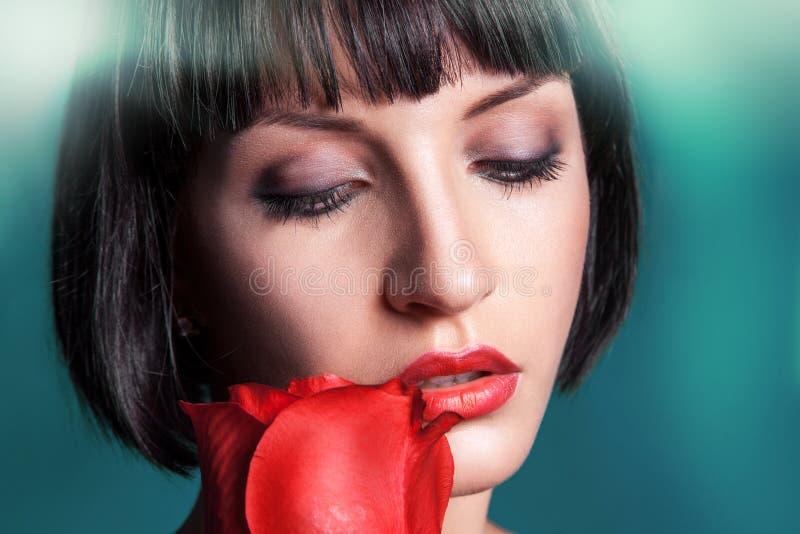 Retrato horizontal de la morenita del cutie con la rosa del rojo imagen de archivo