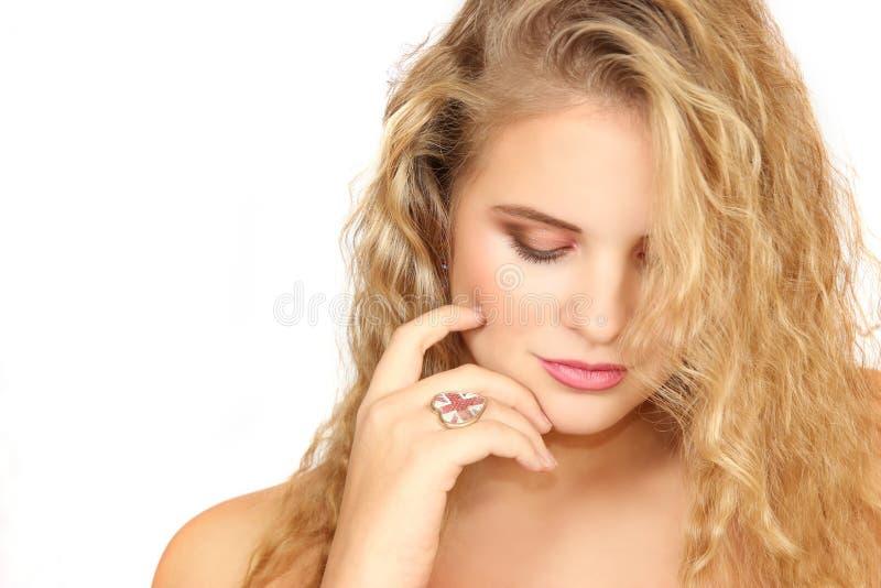 Retrato horizontal de la muchacha en un fondo blanco fotos de archivo