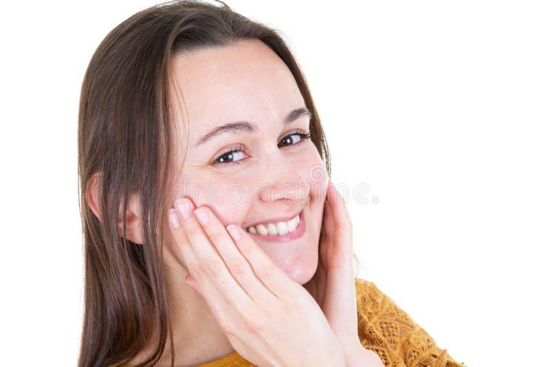 Retrato horizontal de la sonrisa linda de la mujer joven que celebra las manos debajo de la barbilla que mira hembra alegre bonit imagenes de archivo