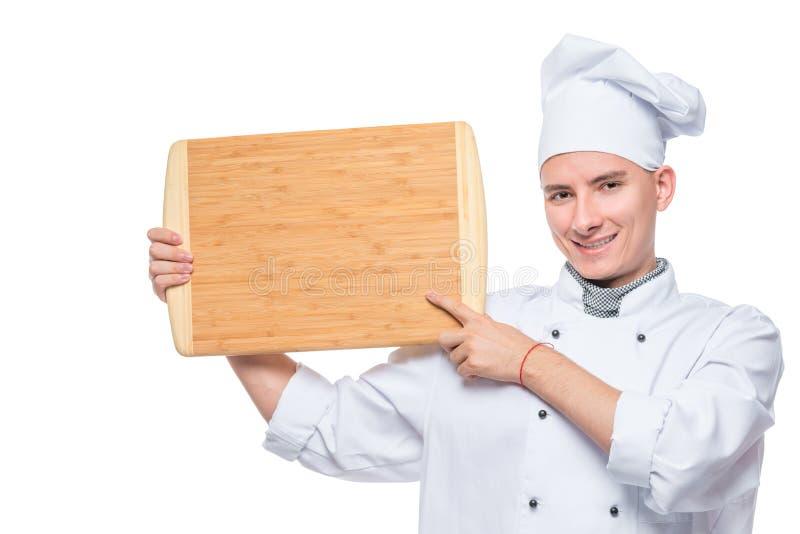 retrato horizontal de um cozinheiro chefe experiente com uma placa de corte em um branco imagens de stock royalty free