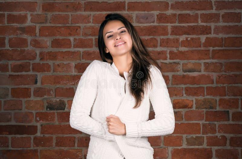 Retrato horizontal de uma jovem mulher atrativa Envoltório ela mesma imagem de stock