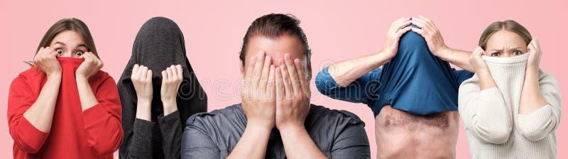 Retrato horizontal del collage de varios hombres y mujeres que ocultan sus caras con las manos o la ropa fotos de archivo libres de regalías