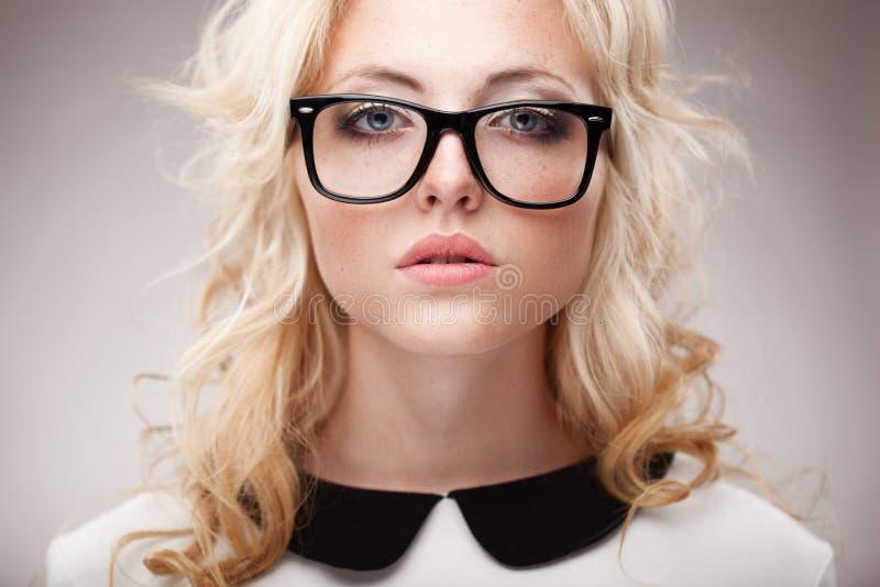 Retrato de eyeglasses vestindo da mulher loura fotografia de stock