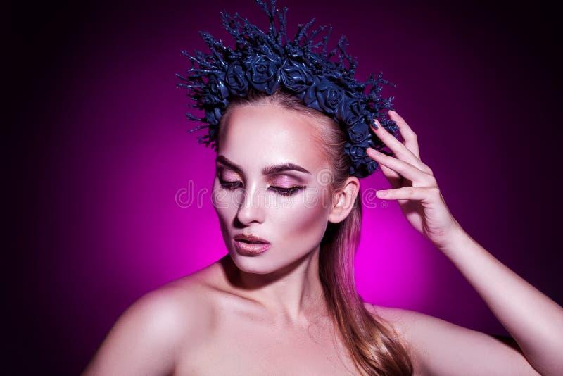 Retrato horizontal do modelo elegante da beleza com grinalda fotos de stock royalty free