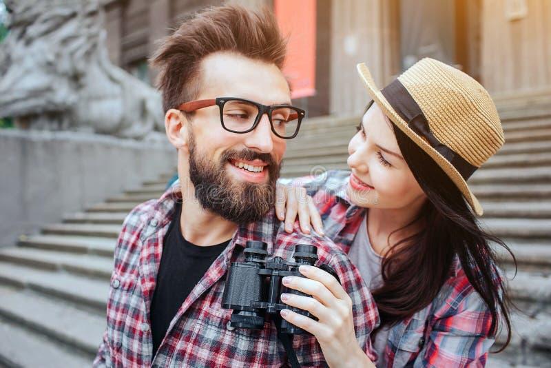 Retrato horizontal dos pares felizes que estão próximos e que olham se É atrás dele Farpado positivo foto de stock