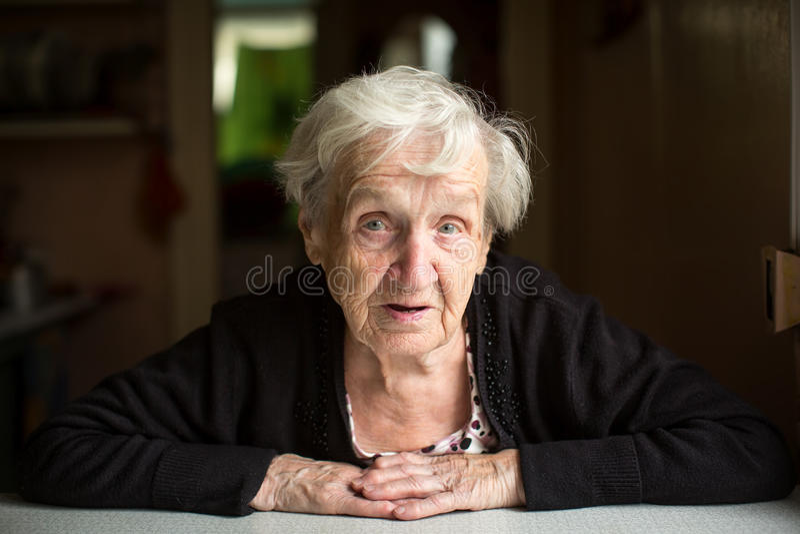 Retrato idoso da senhora dentro da casa pensioner imagens de stock royalty free