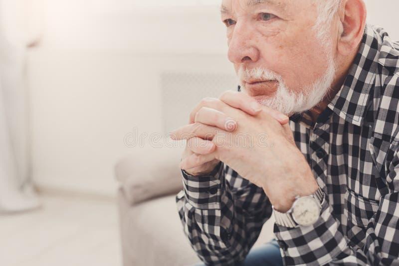 Retrato idoso pensativo do homem, espaço da cópia imagens de stock