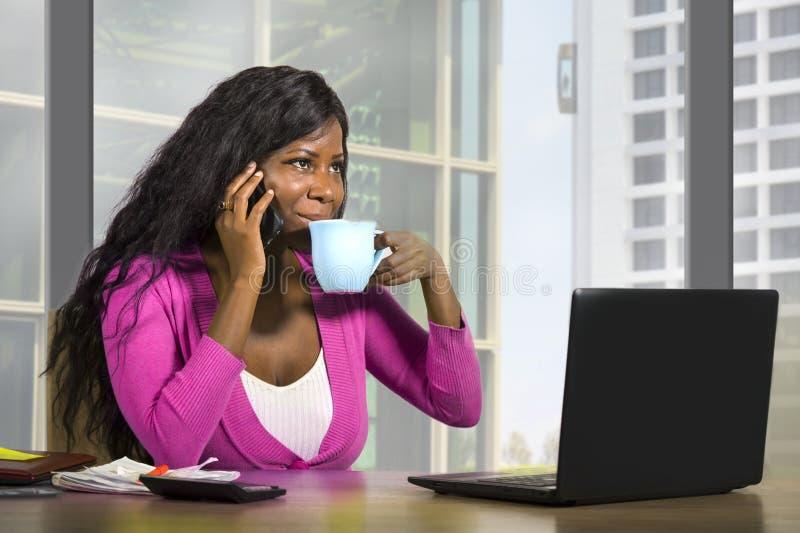 Retrato incorporado da empresa da posição segura de sorriso nova da mulher de negócios americana feliz e atrativa do africano neg imagens de stock