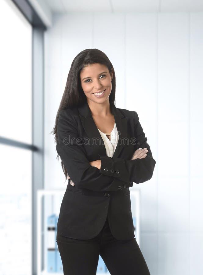 Retrato incorporado do desgaste de mulher latin atrativo novo do negócio foto de stock