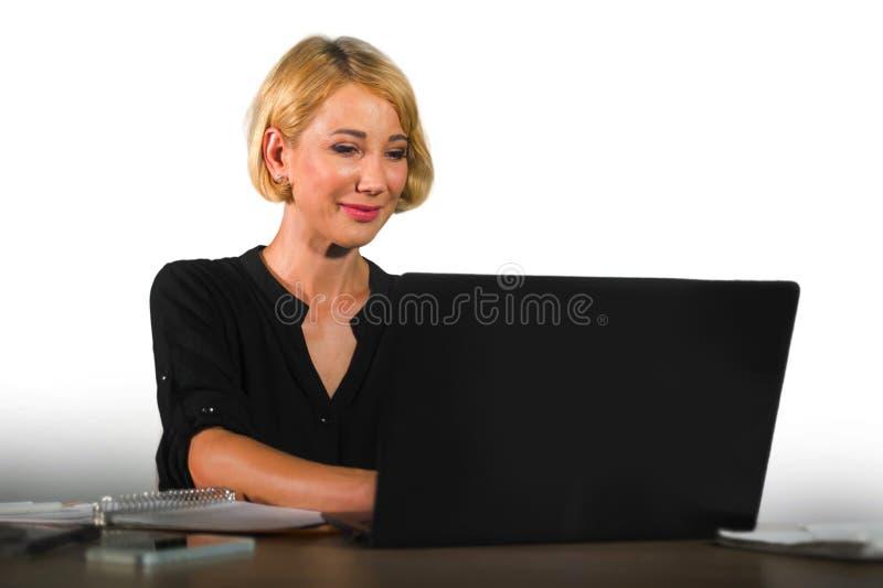 Retrato incorporado do escritório do trabalho bonito e feliz novo da mulher de negócio relaxado no sorriso da mesa do laptop segu imagens de stock